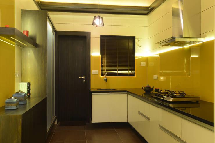 Weekend Villa Interior:  Kitchen by RUST the design studio,Modern Glass