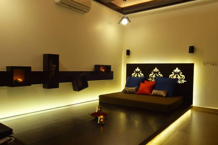 Weekend Villa Interior:  Media room by RUST the design studio,Modern Wood Wood effect