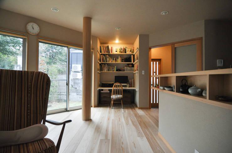 小さな書斎スペースのあるリビング: (株)独楽蔵 KOMAGURAが手掛けたリビングルームです。,