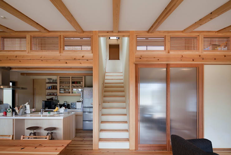 樹を繋ぐ家: 大森建築設計室が手掛けた廊下 & 玄関です。