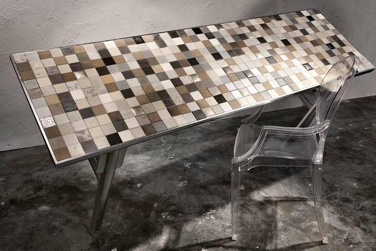 Tavolo rivestito di mosaico di pelle e foglia argento: Soggiorno in stile  di ZÀEL Di Elisabetta Zanin
