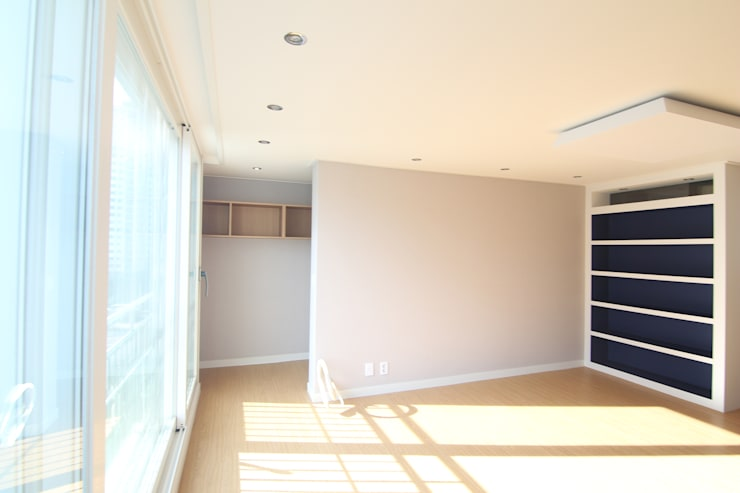 Salas / recibidores de estilo  por Light&Salt Design