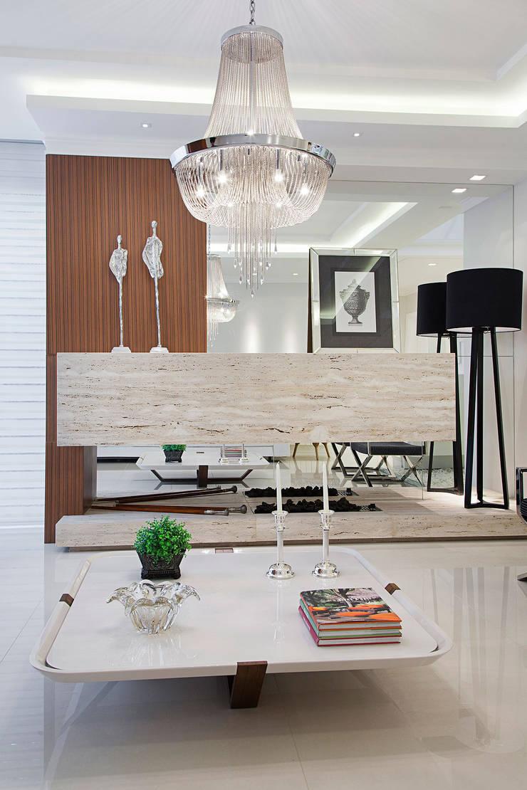 Casa B+E: Salas de estar  por ANDRÉ PACHECO ARQUITETURA