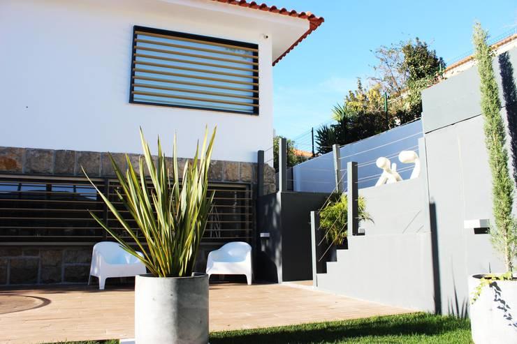 Moradia Garrett: Casas mediterrânicas por ARQAMA - Arquitetura e Design Lda