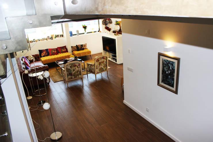 Moradia Garrett: Salas de estar  por ARQAMA - Arquitetura e Design Lda