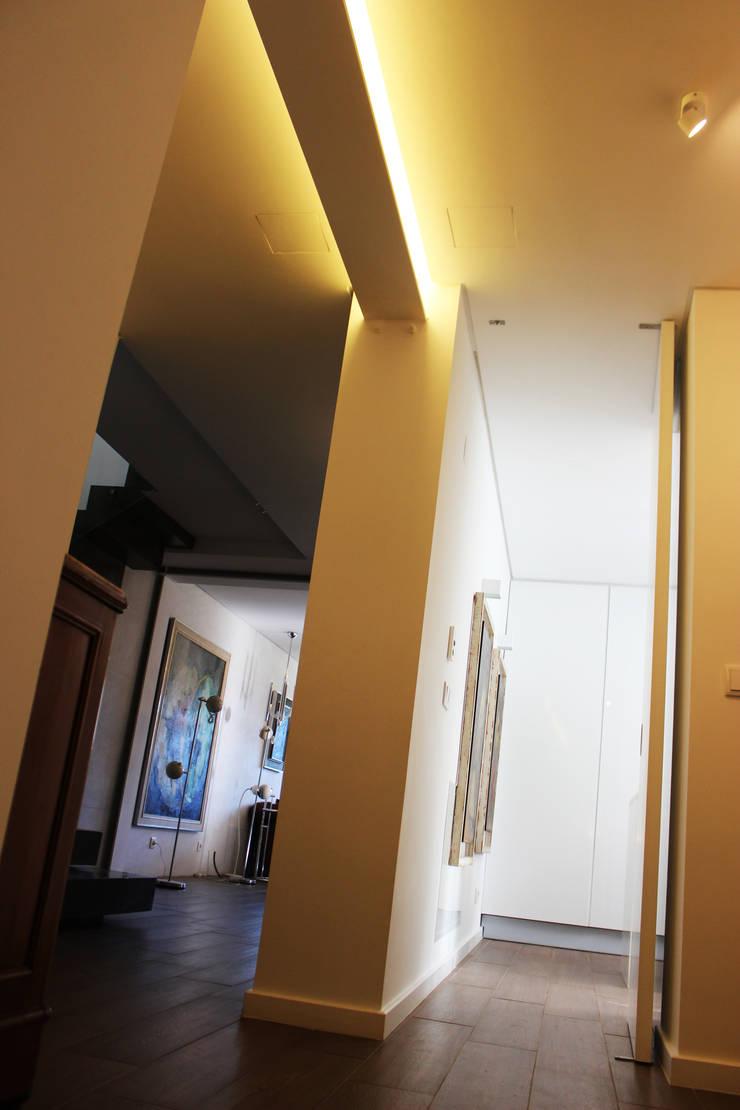Moradia Garrett: Corredores e halls de entrada  por ARQAMA - Arquitetura e Design Lda