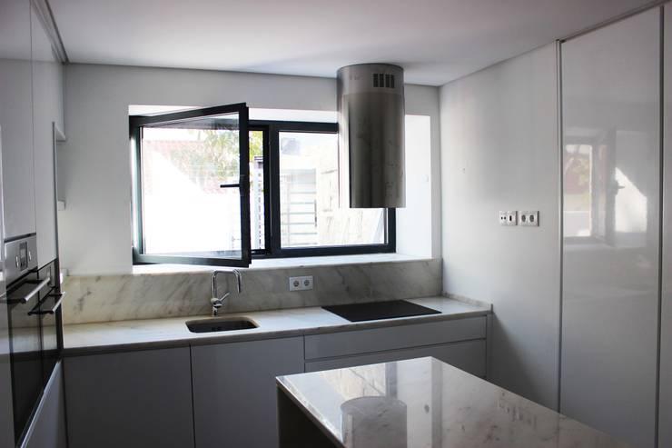 Moradia Garrett: Cozinhas mediterrânicas por ARQAMA - Arquitetura e Design Lda