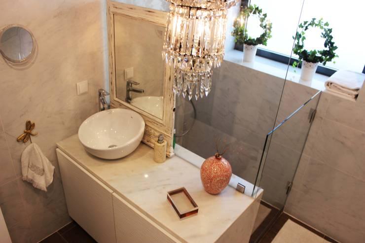 Moradia Garrett: Casas de banho mediterrânicas por ARQAMA - Arquitetura e Design Lda