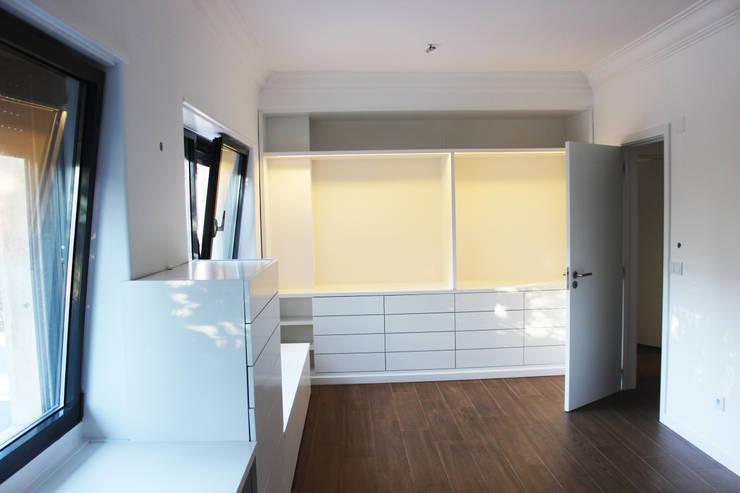 Moradia Garrett: Quartos modernos por ARQAMA - Arquitetura e Design Lda
