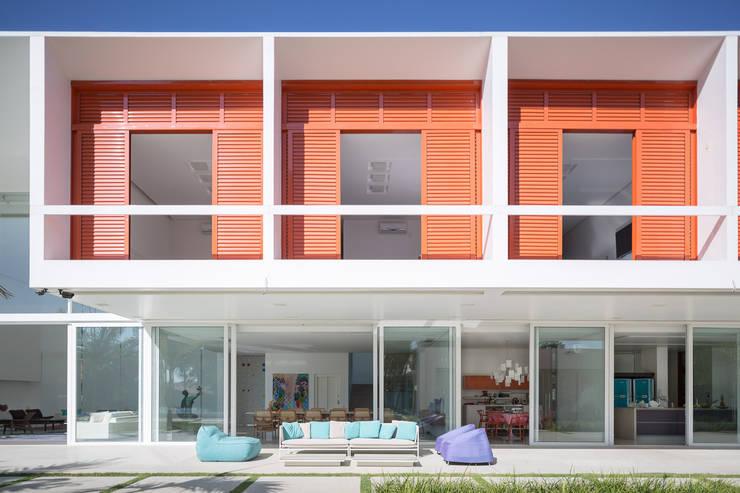 Residência LB – Carlos Bratke Varandas, alpendres e terraços minimalistas por Joana França Minimalista