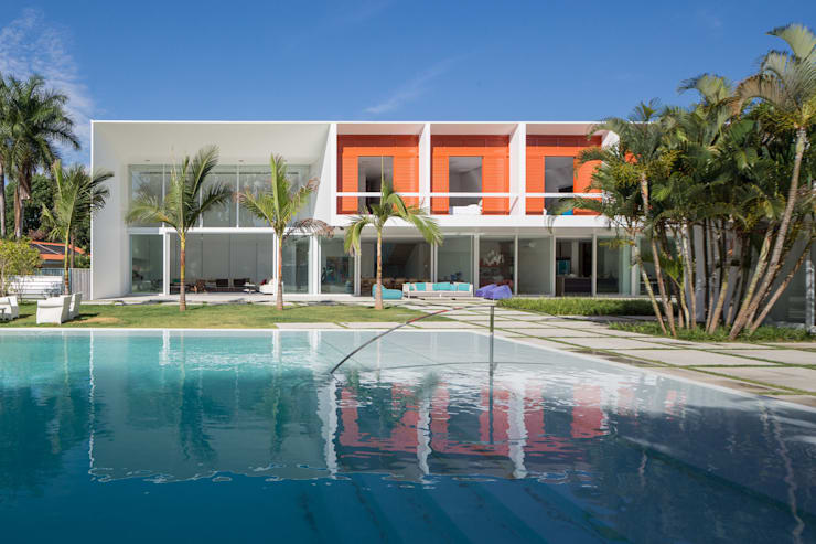 Residência LB – Carlos Bratke Piscinas minimalistas por Joana França Minimalista