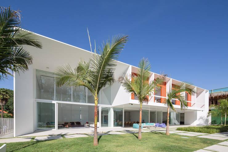 Residência LB – Carlos Bratke Casas minimalistas por Joana França Minimalista