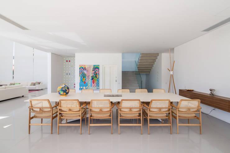 Residência LB – Carlos Bratke Salas de jantar minimalistas por Joana França Minimalista