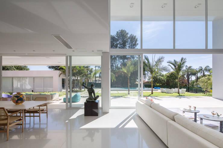 Residência LB – Carlos Bratke Salas de estar minimalistas por Joana França Minimalista
