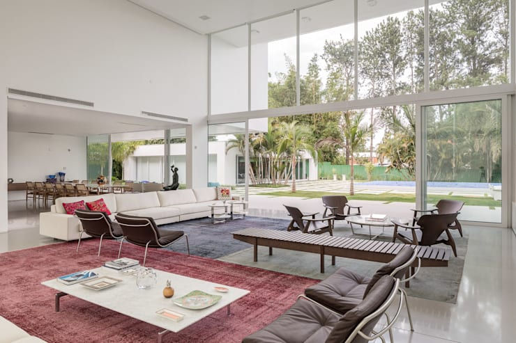 Residência LB - Carlos Bratke : Salas de estar minimalistas por Joana França