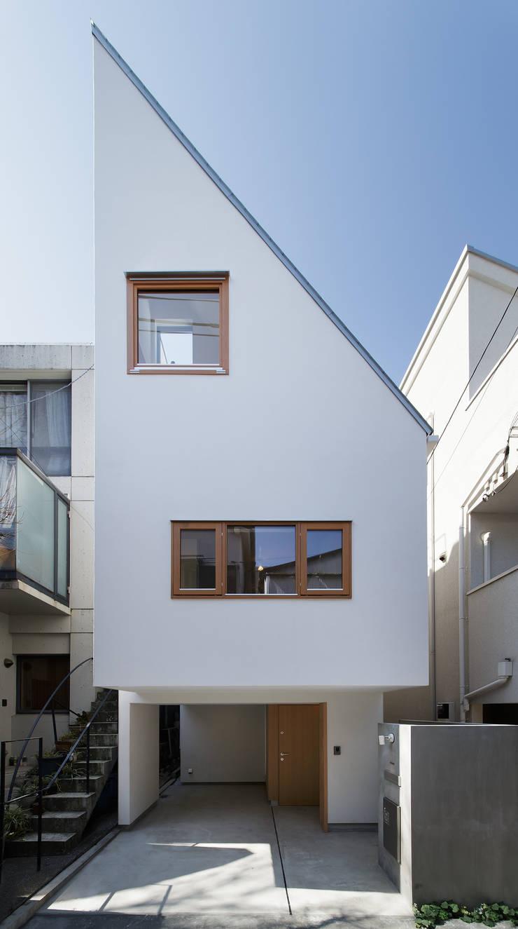 白金の家: アトリエ スピノザが手掛けた家です。,