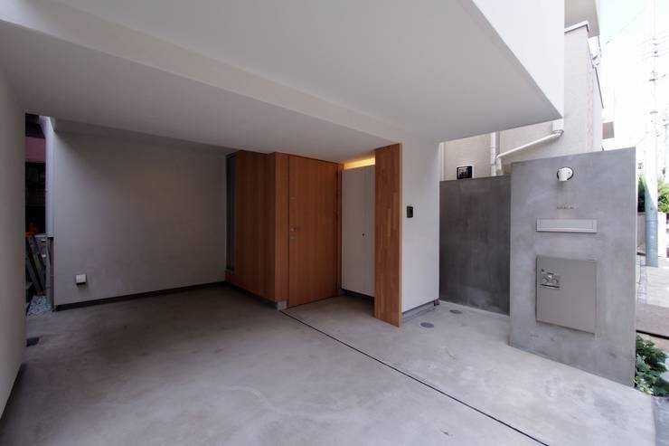 白金の家: アトリエ スピノザが手掛けたガレージです。,