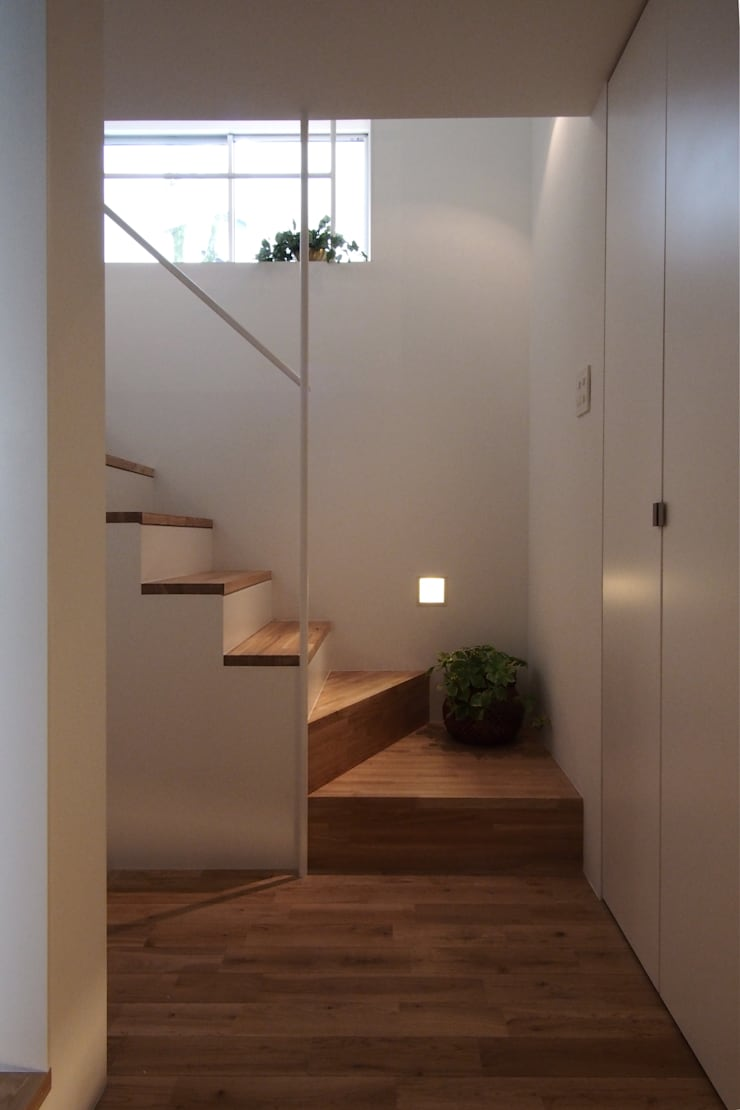 白金の家: アトリエ スピノザが手掛けた廊下 & 玄関です。,