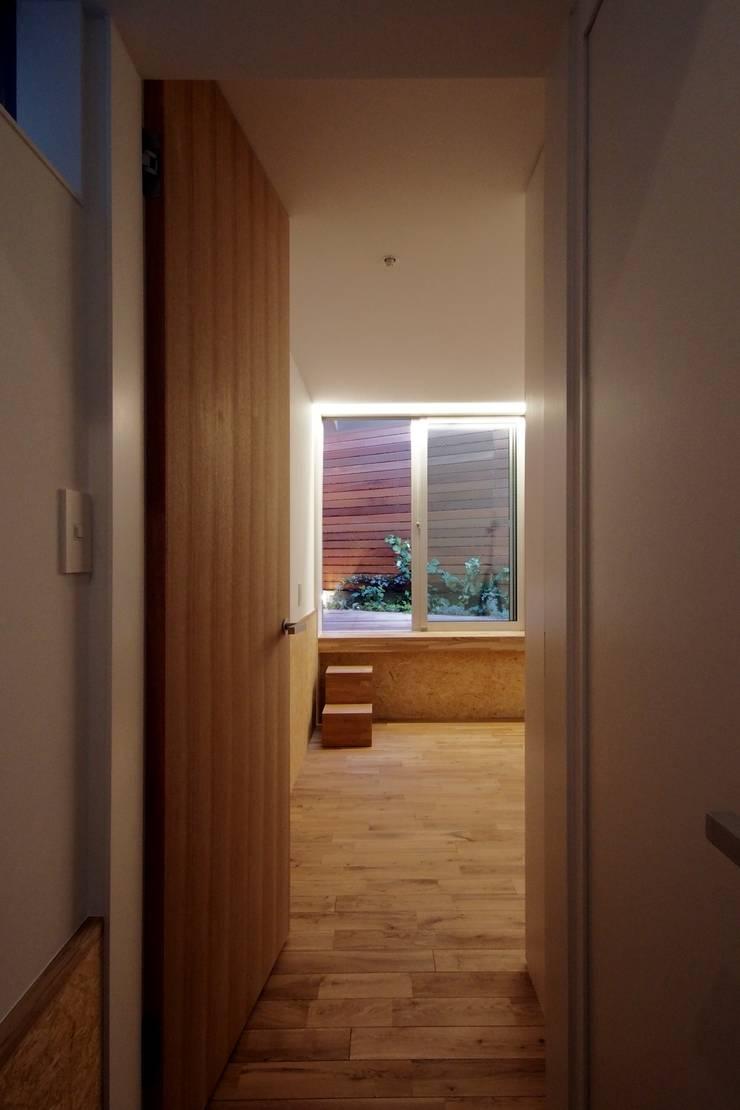 白金の家: アトリエ スピノザが手掛けた寝室です。,