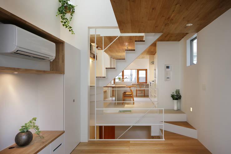 modern Living room by アトリエ スピノザ
