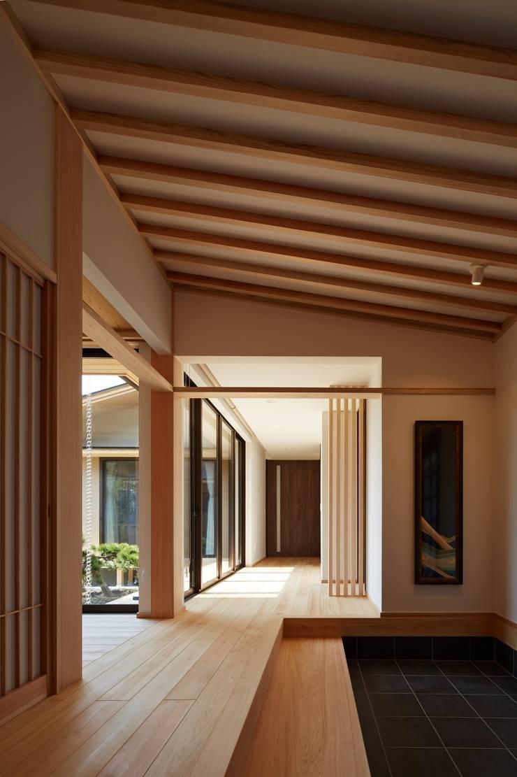 数寄屋の精神が息づく家: 株式会社蔵持ハウジングが手掛けた廊下 & 玄関です。,