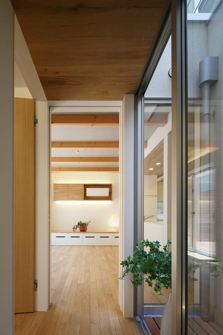 関町北の家: アトリエ スピノザが手掛けた廊下 & 玄関です。
