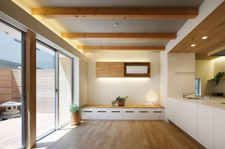 関町北の家: アトリエ スピノザが手掛けたリビングです。