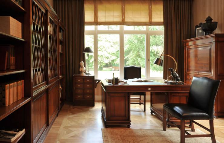 House in Darmstadt: Bureau de style de style Classique par Petr Kozeykin Designs LLC, 'PS Pierreswatch'