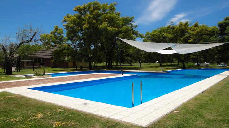 Solares de la Laguna – PISCINAS: Piletas de estilo  por D'ODORICO ARQUITECTURA,Moderno