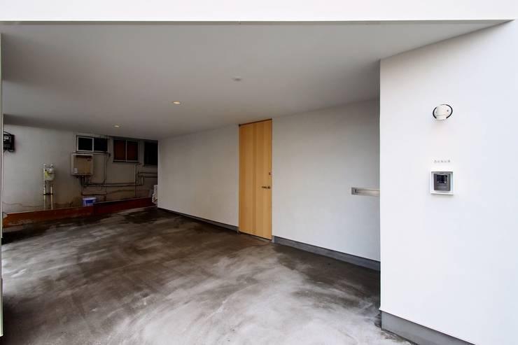 平和台の家: アトリエ スピノザが手掛けたガレージです。,モダン