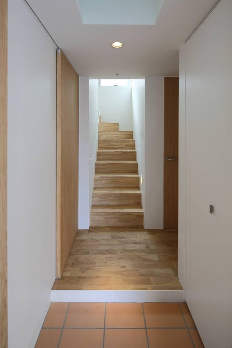 平和台の家: アトリエ スピノザが手掛けた廊下 & 玄関です。,モダン
