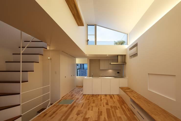 上鶴間の家: アトリエ スピノザが手掛けたリビングです。