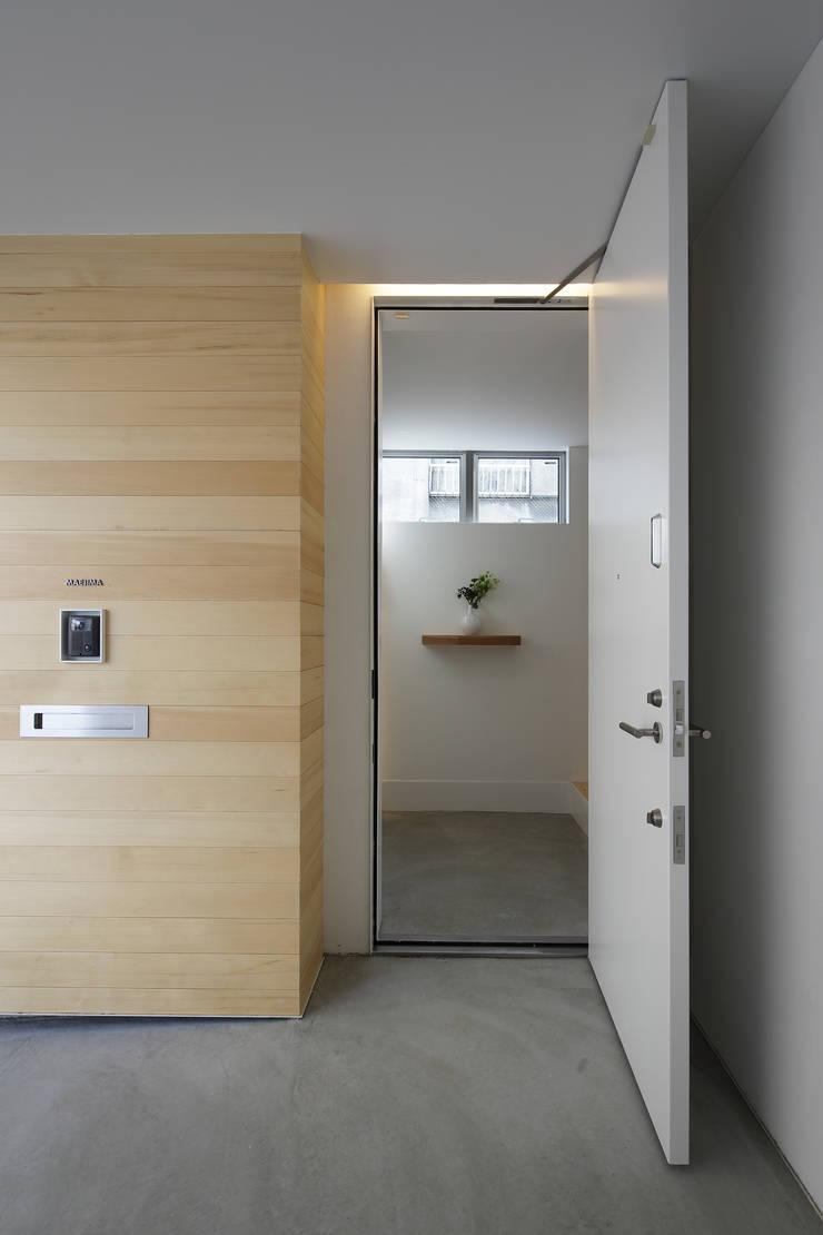 池上の家: アトリエ スピノザが手掛けた廊下 & 玄関です。