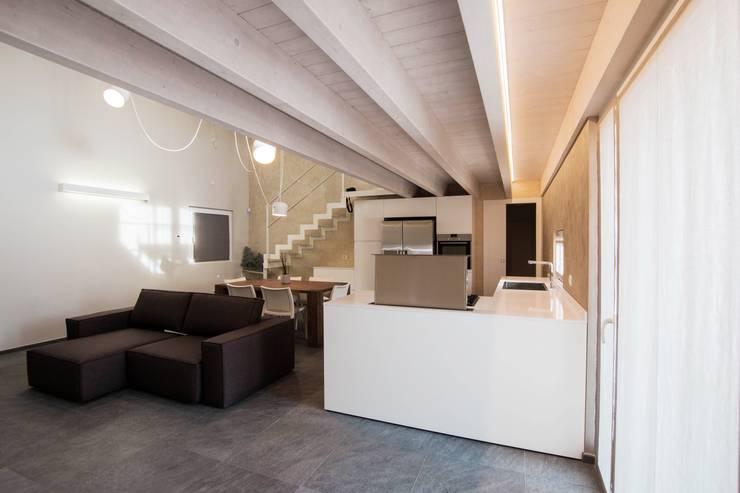 Villa Ilaria, casa in legno: Soggiorno in stile  di Progettolegno srl