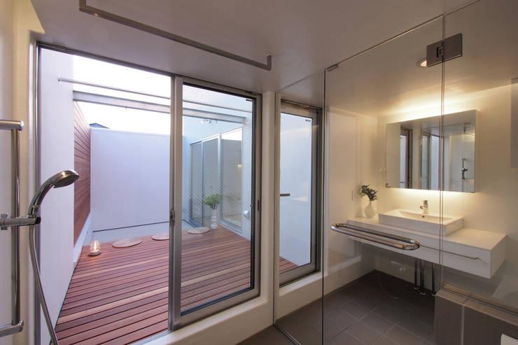 池上の家: アトリエ スピノザが手掛けた浴室です。