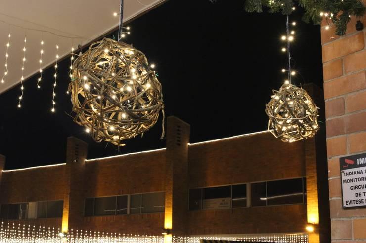 Diseño Implementación Navideña Indiana Mall – Envigado: Pasillos y vestíbulos de estilo  por Ladosur