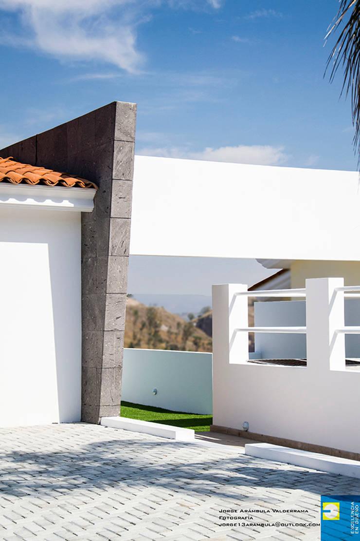 ingreso principal: Casas de estilo  por Excelencia en Diseño