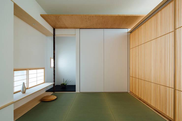 コンセプトハウス― 囲炉裏の住宅 ― モダンデザインの 多目的室 の 一級建築士事務所 株式会社KADeL モダン