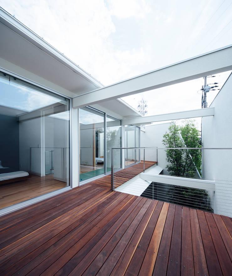 コンセプトハウス― 囲炉裏の住宅 ― モダンデザインの テラス の 一級建築士事務所 株式会社KADeL モダン