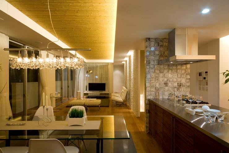 凛椛Organic: 一級建築士事務所 株式会社KADeLが手掛けたリビングです。,