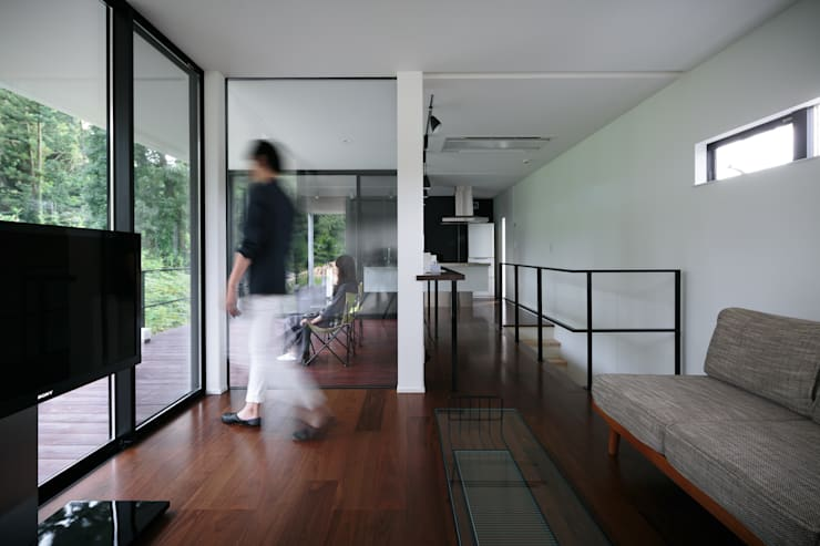 眺望の家: 一級建築士事務所 株式会社KADeLが手掛けた廊下 & 玄関です。