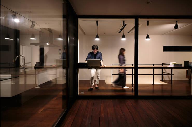 眺望の家: 一級建築士事務所 株式会社KADeLが手掛けたテラス・ベランダです。