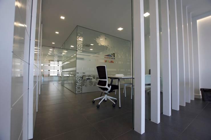 ADECUACIONES DE OFICINAS: Estudios y despachos de estilo moderno de MMTarquitecto