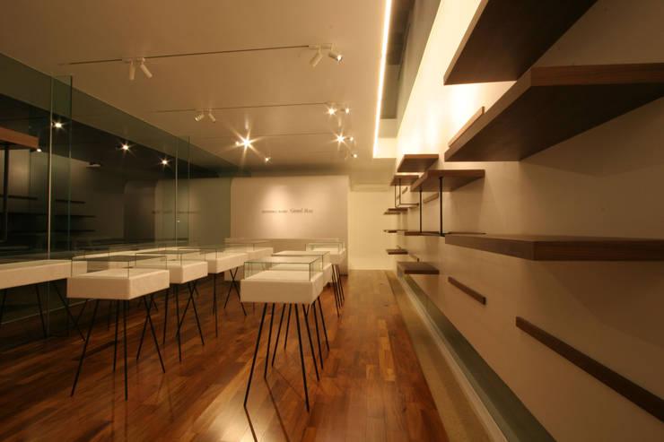 Grand Blue(ジュエリーショップ): sngDESIGNが手掛けた商業空間です。