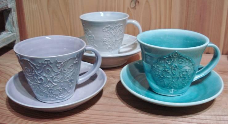 レースの器 カップ&ソーサー: 陶芸工房ラ・プエルタ が手掛けたキッチンです。,