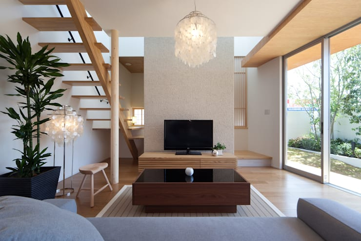とおり庭の家: 一級建築士事務所 株式会社KADeLが手掛けたリビングです。,