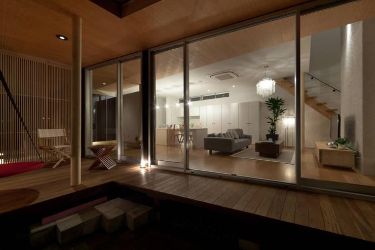 とおり庭の家: 一級建築士事務所 株式会社KADeLが手掛けたテラス・ベランダです。,