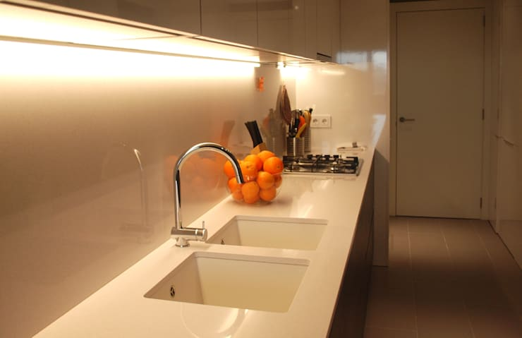 Cocinas de estilo moderno por OutSide BCN LED Lighting