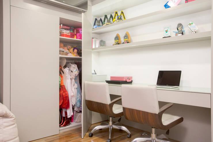 Sala Intima e Home Office com espaço para fantasias e brinquedos: Escritórios  por Karla Silva Designer de Interiores,Moderno