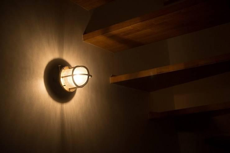 house_in_nishiyama: タイラ ヤスヒロ建築設計事務所/taira yasuhiro architect & associatesが手掛けた玄関&廊下&階段です。